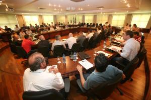 Mais de 60 empresários de várias regiões do Estado participaram da reunião, que discutiu as perspectivas para a indústria da madeira