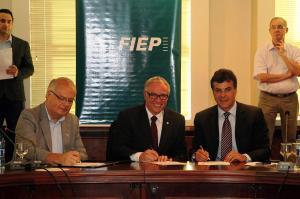 O secretário do Meio Ambiente, Jonel Iurk, o presidente da Fiep, Edson Campagnolo, e o governador Beto Richa assinam os termos de compromisso entre a indústria e o poder público