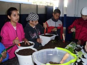 Crianças de Rio Negro trabalharam com o Objetivo 1 e criaram uma horta