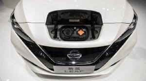 Indústria global de automóveis investe em carros que rodam a eletricidade e a gasolina